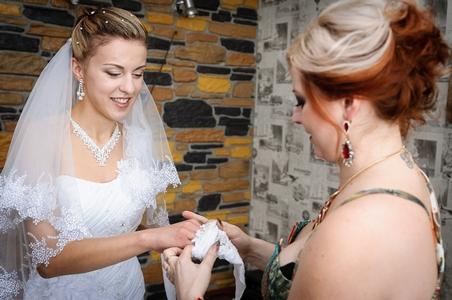 http://libraphoto.com - невеста надевает перчатки