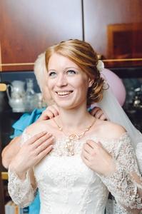 http://libraphoto.com - невеста надевает ожерелье
