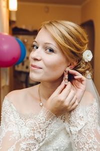 http://libraphoto.com - невеста надевает серёжки