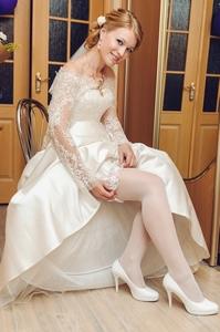 http://libraphoto.com - невеста надевает подвязку