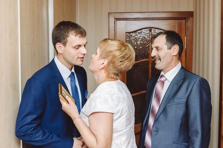 http://libraphoto.com - фото жениха с родителями