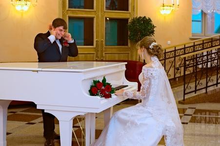 http://libraphoto.com - фортепиано играет запрограммированные в нём мелодии