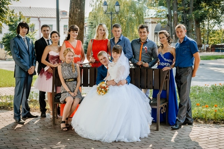 http://libraphoto.com - жених и невеста в беседке с друзьями