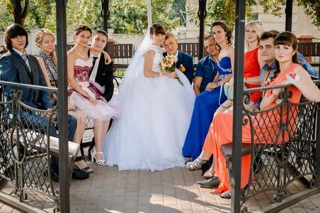http://libraphoto.com - жених и невеста в беседке с гостями